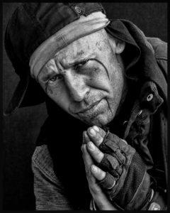 foto triste hombre sin hogar