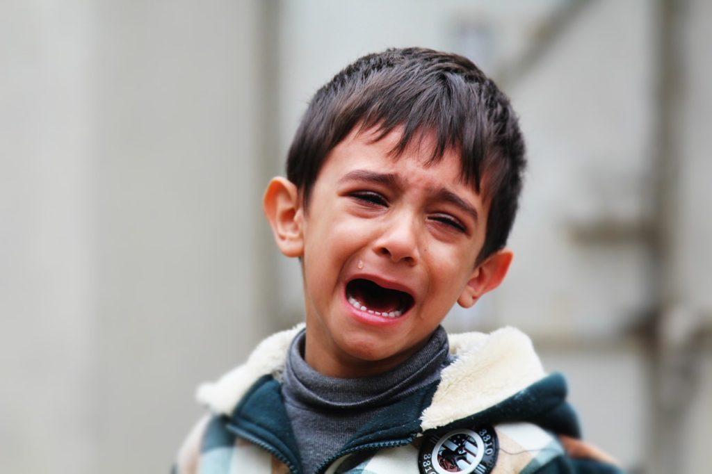 imagen triste de niño llorando