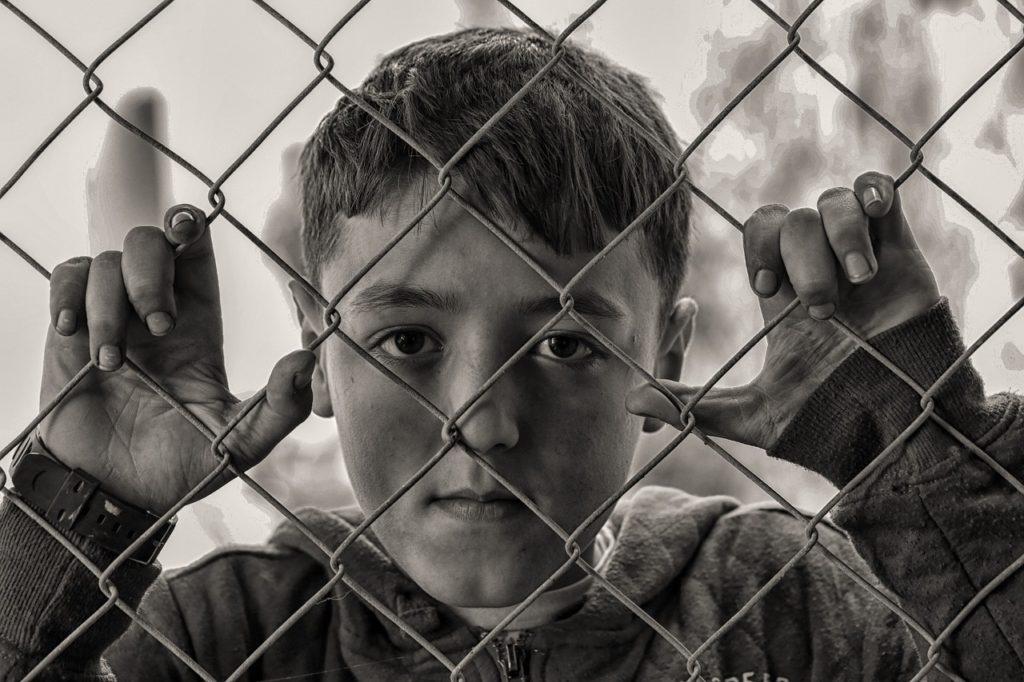 niño pobre triste